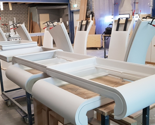 Schiphol HI-MACS informatiezuilen - Halffabrikaat onderdelen - CORA Projects
