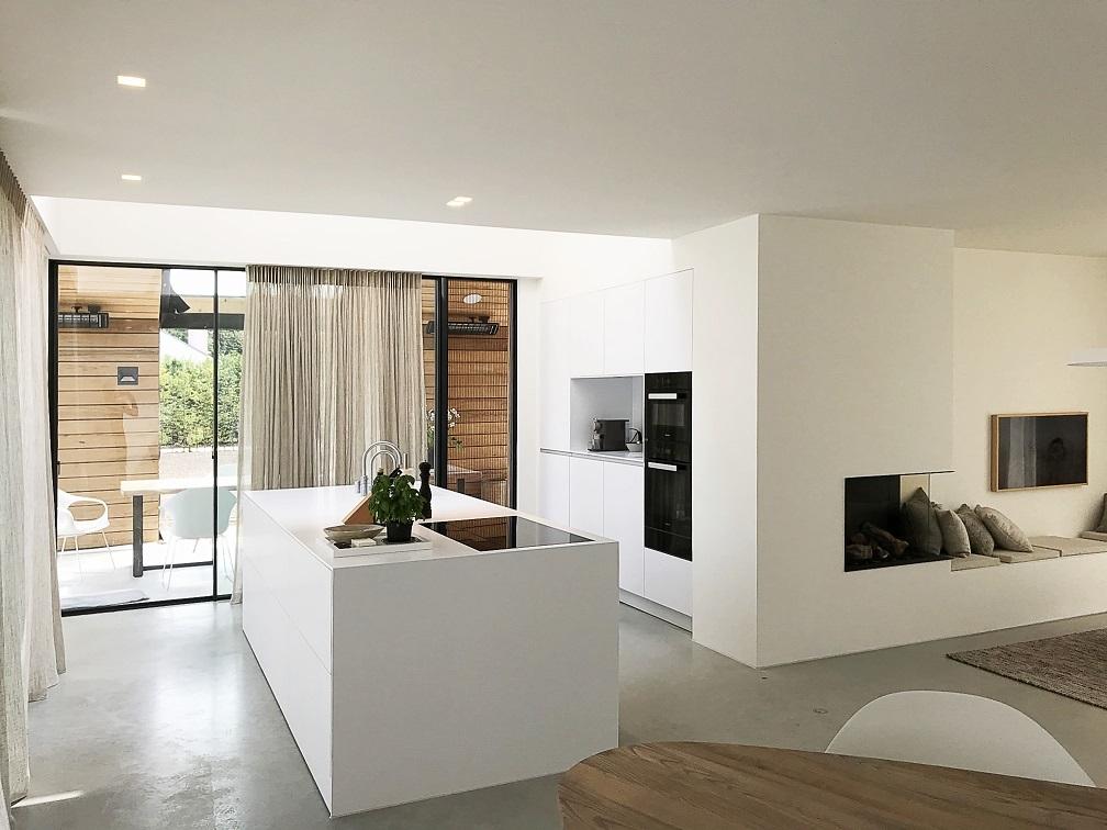 Frisse Corian Keuken met verlijmde wangen - Eilandblad met kastenwand en nis