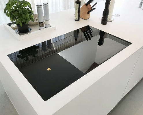 Frisse Corian Keuken met verlijmde wangen - Kookplaat integratie