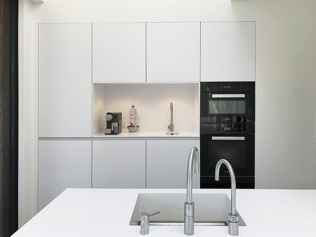 Frisse Corian Keuken met verlijmde wangen - Sparkling spoelbak en nisbekleding