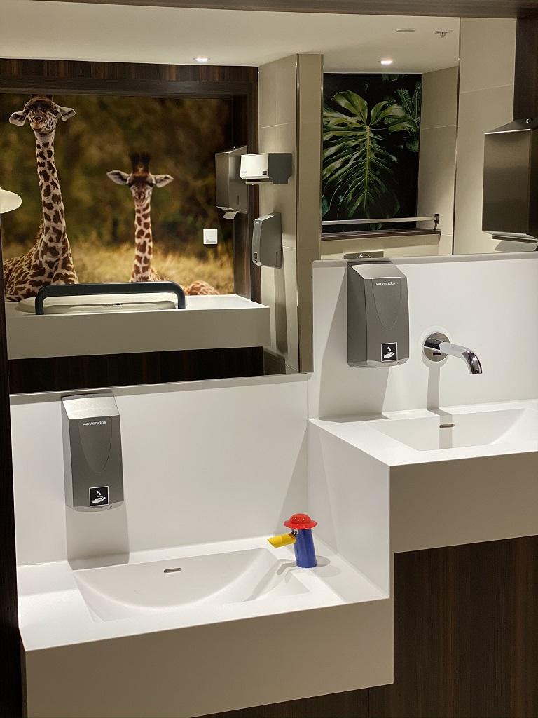 Project wereldhave toiletruimtes - HI-MACS maatwerk wastafels familie + kinderkamer - Solid Surface wasbak Incollato Wave