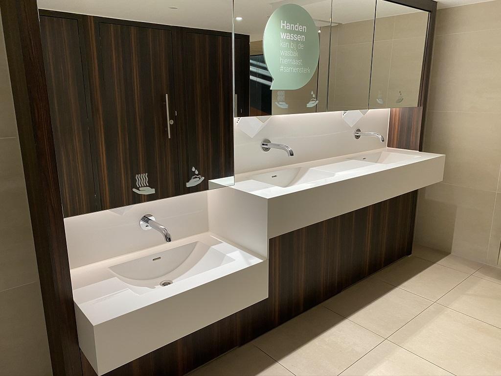 Project wereldhave toiletruimtes - HI-MACS maatwerk wastafels heren - Solid Surface wasbak Incollato Wave - 3
