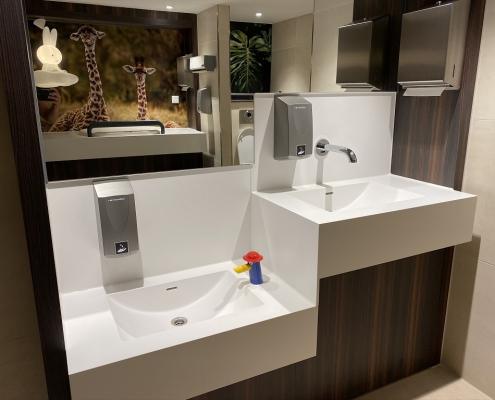 Project wereldhave toiletruimtes - HI-MACS maatwerk wastafels kinderen 2 - Solid Surface wasbak Incollato Wave