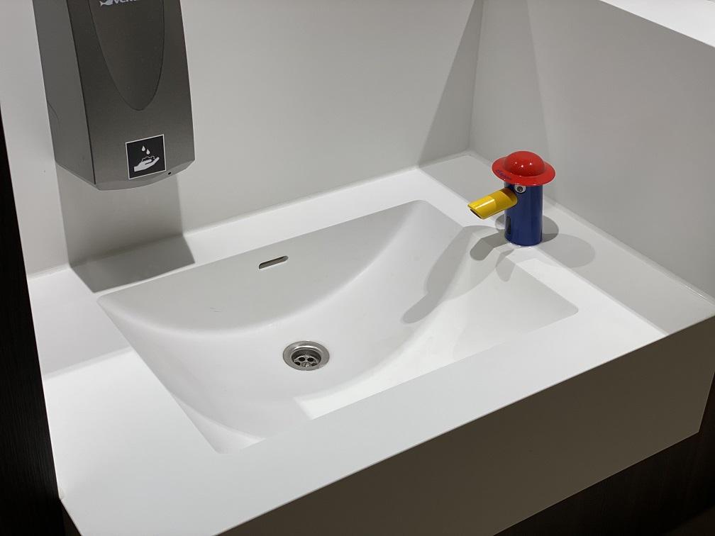 Project wereldhave toiletruimtes - HI-MACS maatwerk wastafels kinderen 3 - Solid Surface wasbak Incollato Wave