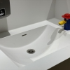 Project wereldhave toiletruimtes - HI-MACS maatwerk wastafels kinderkamer - Solid Surface wasbak Incollato Wave