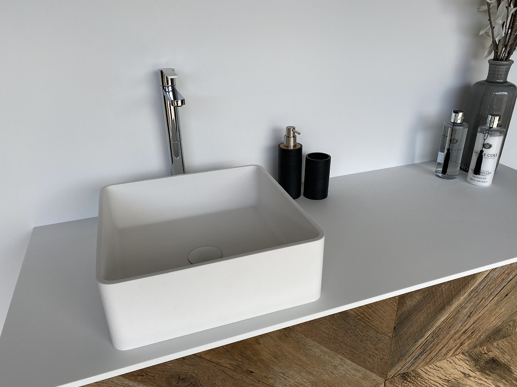 CORA - Solid Surface Opzetkom - Defiant Square meubel Robuus